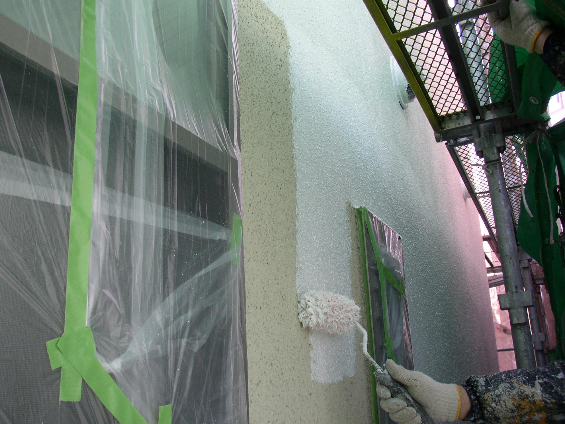 <下塗り作業> 下塗りの作業中写真です。下塗りは1回塗りです。