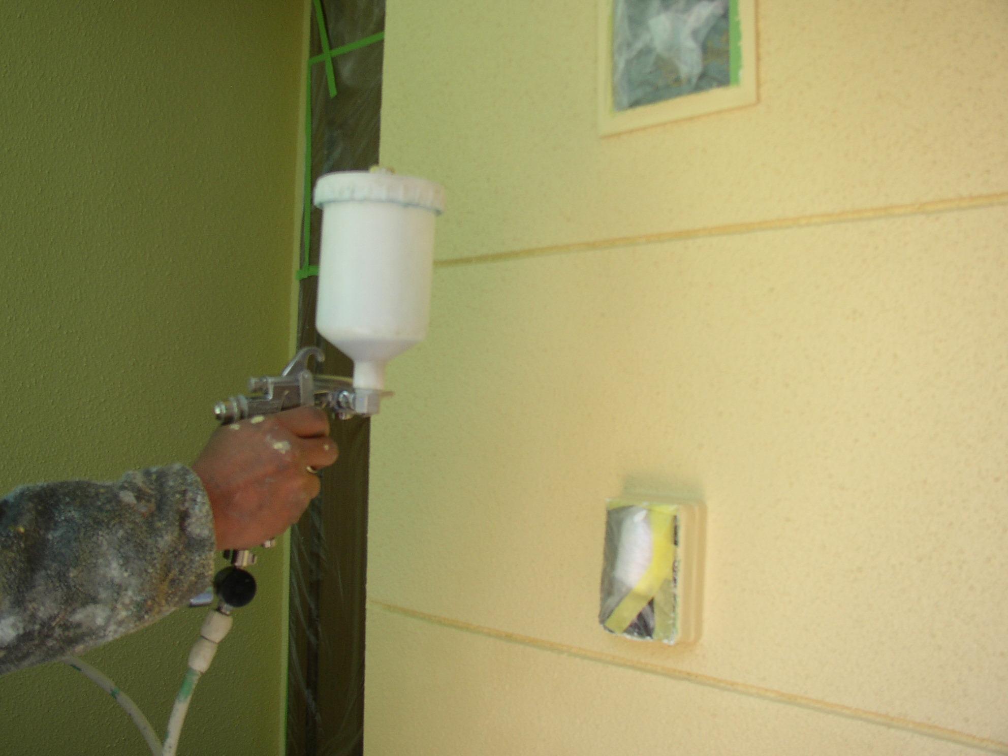 <上塗り作業> 最終工程の上塗りをスプレーガンで塗布します。